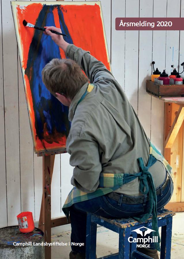 En person sitter på en krakk og maler rødt på et lærret